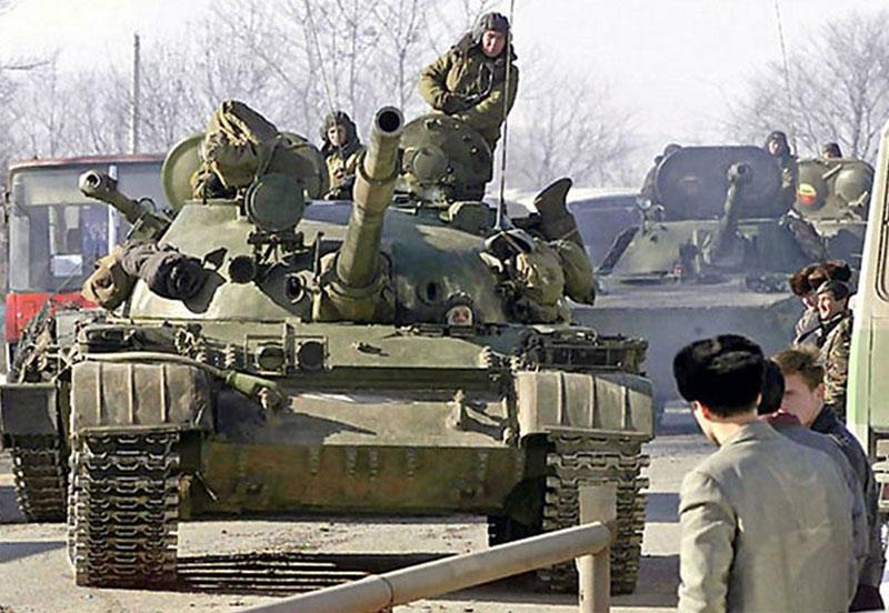 Т-62 внутренних войск, обратите внимание-на заднем плане другой ветеран – ПТ-76