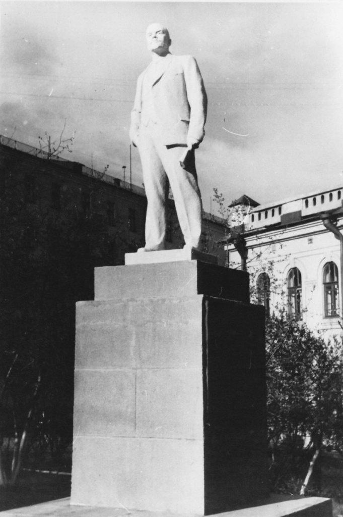 Памятник Ленину в сквере на ул. К. Маркса. 1970-е гг.