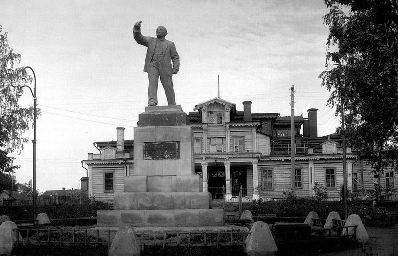 Памятник Ленину в сквере у театра (на заднем плане). 1930-е гг.