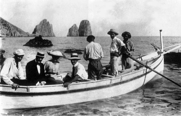 Максим Горький (крайний слева) и Роберто Бранко (рядом с Горьким), итальянский драматический актер, плывут на лодке около Капри.