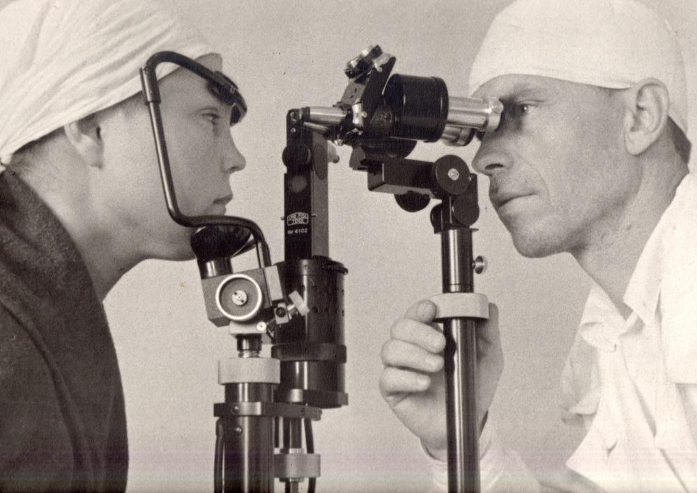 Директор Чувашского трахоматозного института К.А. Забугин производит микроскопию глаза больной.