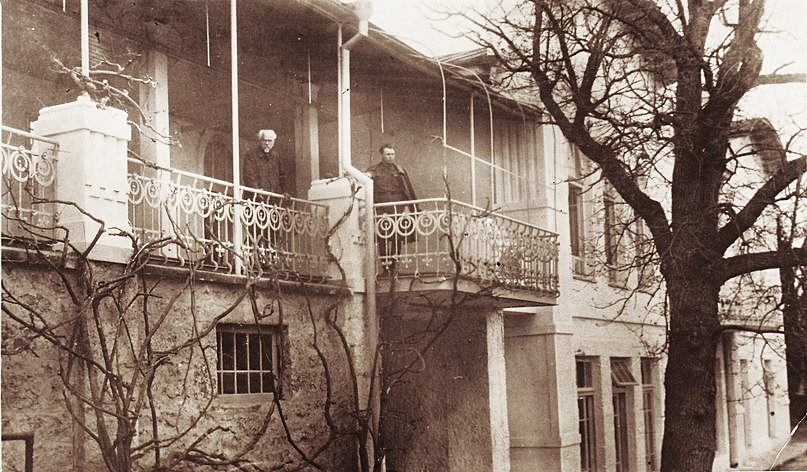 Корпус «Верхний Изергин». На балконе слева – Петр Изергин, он руководил строительством корпуса. 1930-е гг.