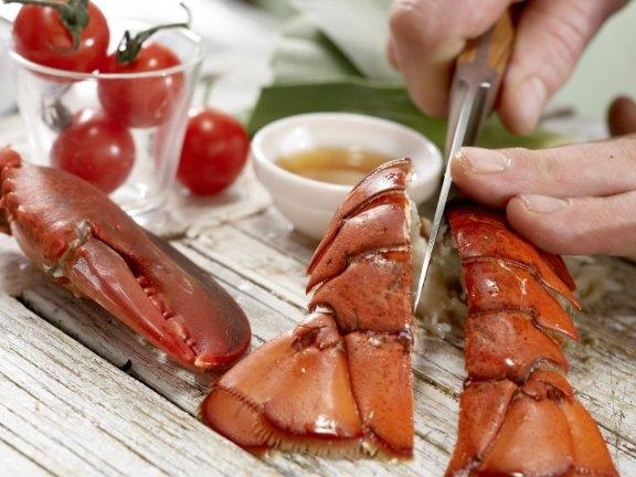 Суп из лобстера с луком-пореем и помидорами, изображение №2