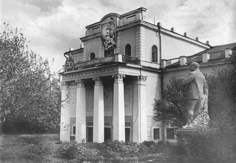Памятник Ленину у Дворца пионеров. 1974 г.