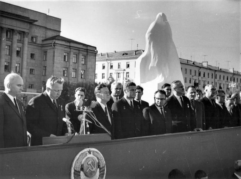 Открытие памятника В. И. Ленину на Театральной площади. 1970 г.